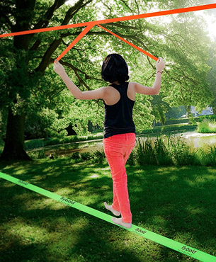 a girl walking on the Flybold slackline, using the teaching line