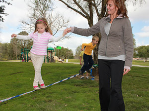help your kids with their first steps on the funline slackline in a park